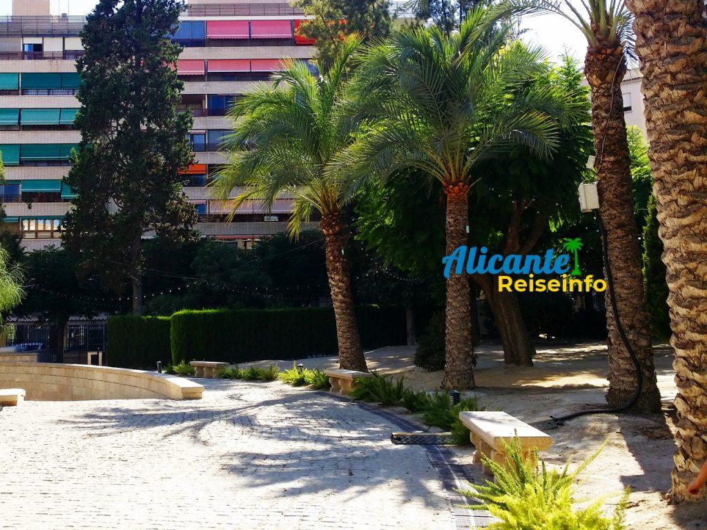 Bänke im Schatten von Palmen im Park der Dipu
